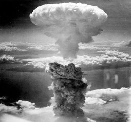 Nuvem de fumaça gerada pela bomba de plutônio lançada sobre Nagasaki, em 09 de agosto de 1945