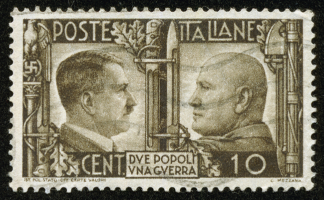 O fascismo se desenvolveu na Itália, tendo por principal ideólogo e líder Benito Mussolini (à direita)*