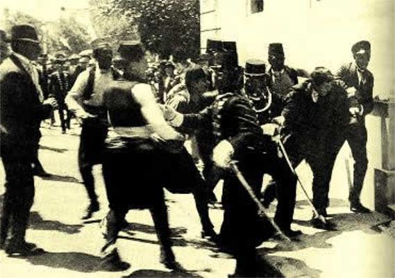 O momento em que Gavrilo Princip foi capturado pelas autoridades bósnias