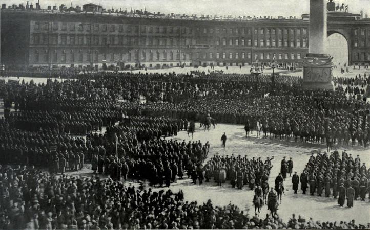Oficiais do Exército Vermelho reunidos para jurar fidelidade ao governo surgido da Revolução de Outubro