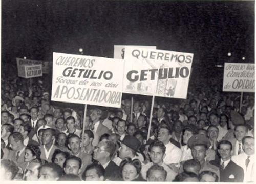 Populares pedindo a permanência de Getúlio Vargas no poder em 1945 *