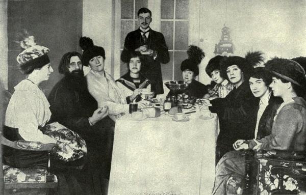 Rasputin (à esquerda) com sua família, cercado por admiradoras na corte russa.