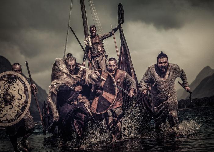 Representação moderna da forma como os guerreiros vikings vestiam-se e como eram as suas armas