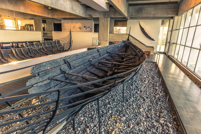 Restos de um navio viking em um museu de História dos Vikings na Dinamarca *