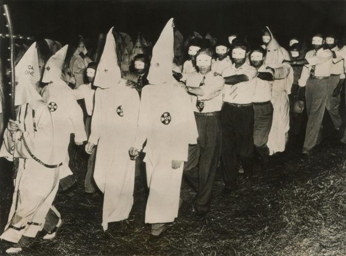 Ritual de iniciação realizado com novos membros da Ku Klux Klan, em meados da década de 1940.