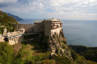 Simonos Petras, que fica na Grécia, é um exemplo de um mosteiro construído no alto de um penhasco