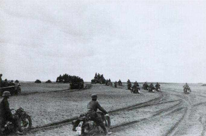 Soldados alemães avançando pela União Soviética durante a realização da Operação Barbarossa, no verão de 1941