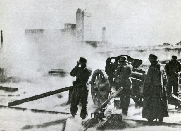 Soldados alemães utilizaram peça de artilharia para bombardear os soviéticos posicionados em Stalingrado