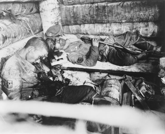 Soldados japoneses que cometeram suicídio para não se render aos soldados americanos em 1943*