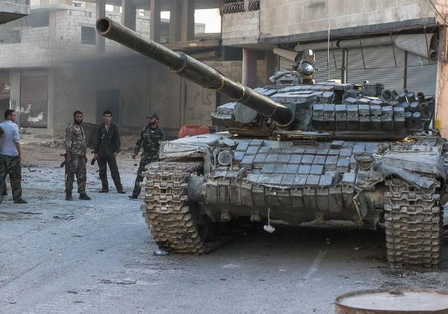 Tanque do exército sírio posicionado no subúrbio de Damasco, em batalha de setembro de 2013 contra os rebeldes *