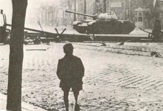 Tanque soviético entrando em Budapeste, em 1956, durante a Revolução Húngara