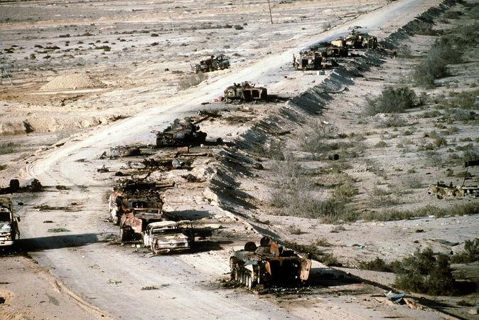 Tanques iraquianos destruídos após a ofensiva terrestre liderada pelos EUA durante a Guerra do Golfo