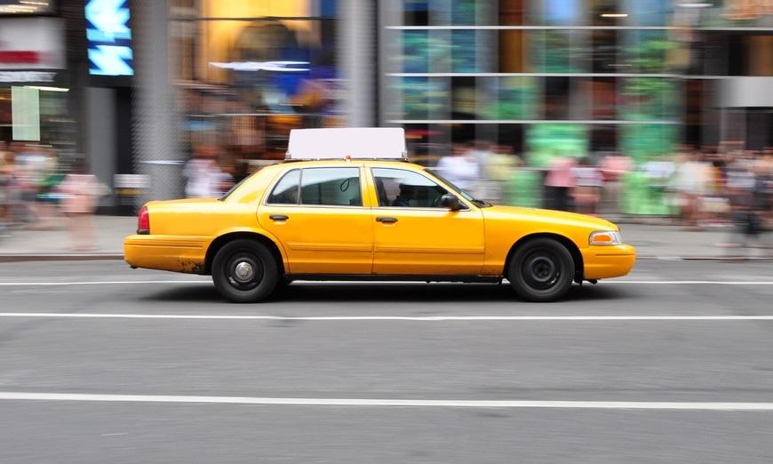Táxi rodando em frente à Times Square, em Nova Iorque.