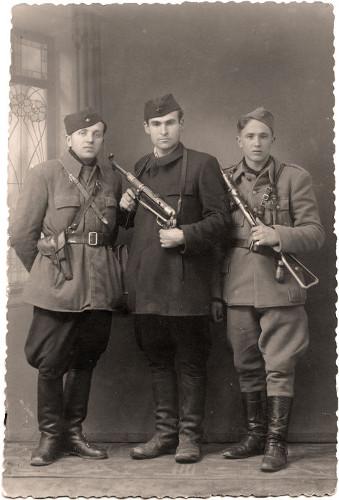 Traje típico de soldados partisans na Iugoslávia