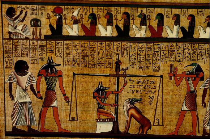 Trecho do Livro dos Mortos com a representação de Anúbis (cabeça de chacal), o deus dos mortos
