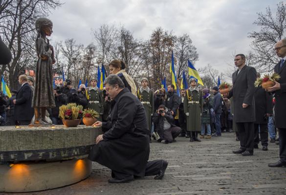 Ucranianos homenageiam os milhões de mortos do Holodomor em frente ao monumento em Kiev *