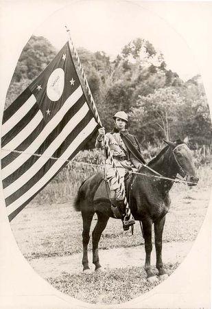 Voluntário segurando a bandeira paulista durante a Revolução Constitucionalista de 1932