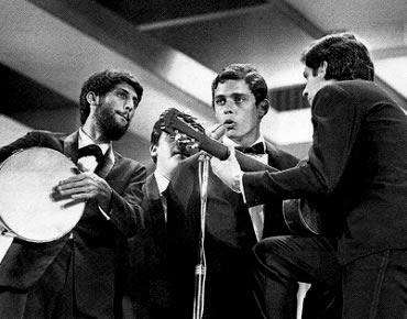 """Chico Buarque e o conjunto MPB4 cantando """"Roda Viva"""" no III Festival da TV Record"""