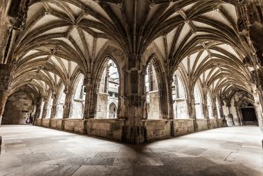 Visão interna da catedral de Cahors, na França, onde é possível perceber as estruturas em arcos ogivais