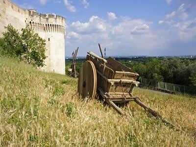 Velha carroça de madeira, semelhante às utilizadas na Idade Média