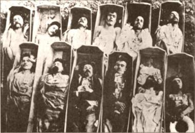 Corpo de comunardos em caixões após o fim da Comuna de Paris