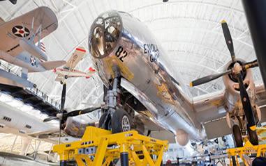 Bombardeiro B-29, o Enola Gay, que lançou a bomba de urânio sobre Hiroshima.*