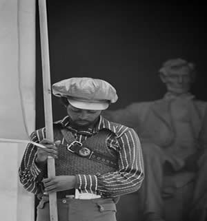 Membro dos Panteras Negras em frente ao Memorial Lincoln em convenção do partido