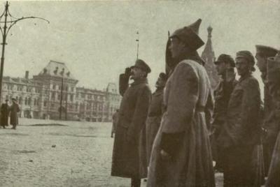 Leon Trotsky à frente de tropa do Exército Vermelho.**