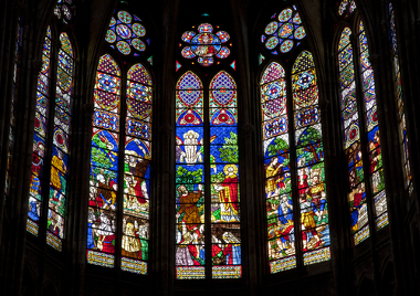 Vitrais da catedral de Saint-Denis, na França, a primeira a ser construída seguindo a arquitetura gótica